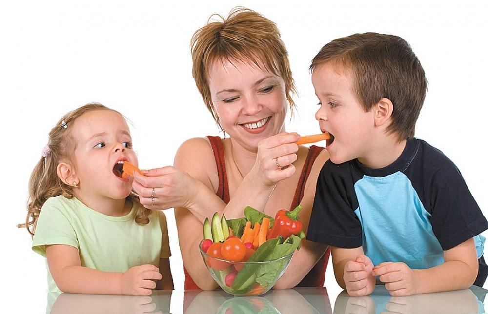 Рацион ребенка для укрепления иммунитета - свежие фрукты и овощи, молочные продукты, мясо и каши